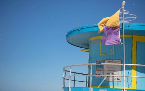 Предупреждающие флаги включены South Beach стойка спасателя